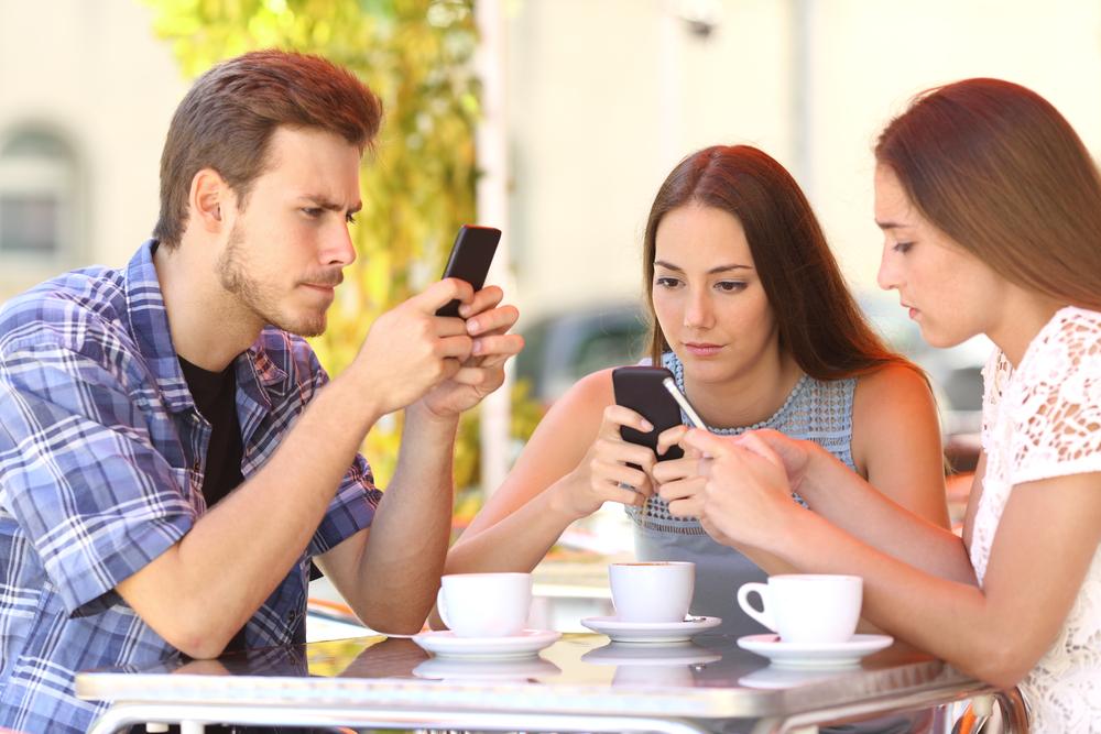 Компания сидит в телефонах